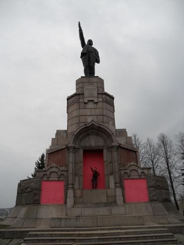 Памятник Ильичу в Костроме и безумные цвета